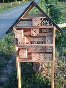 LSC unterstützt Artenschutz: Wildbienenhotels